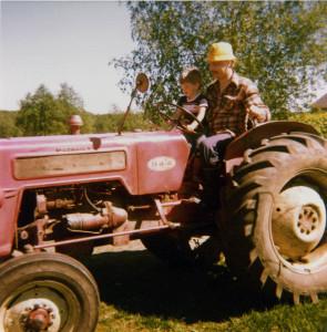 S-VK-1234W - Paavo ja Tero Salmela ajamassa traktoria 70-luvun lopulla