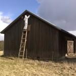 Tero maalaa navetan päätyä, että kylällä huomataan töiden taas alkaneen kevään tullessa