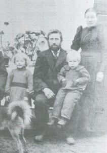 Heikki Alperi ja Anna Josefiina os. Salmela sekä lapset Tyyne ja Anselmi