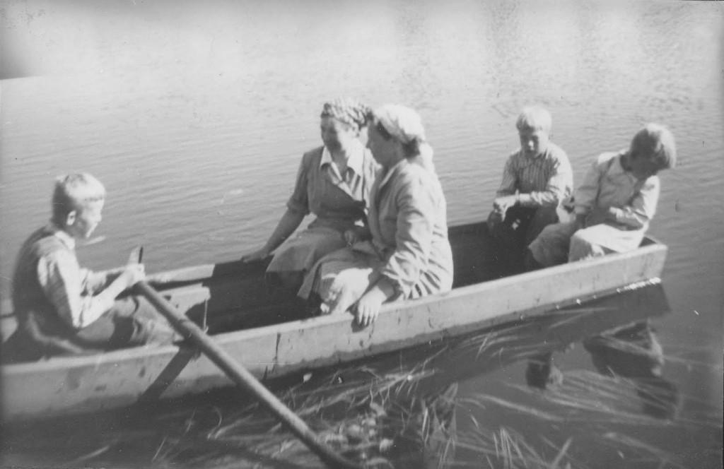 Purrilla heinätöihin Pollarissa 1952 - airoisa Kari Rantanen, Elsa R, Naimi P, Aimo P, Into P - Into Pollarin kuva