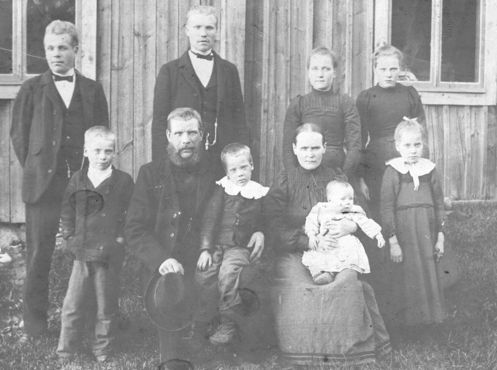S-VK-0009W - Aaprami ja Matilda Salmelan perhe