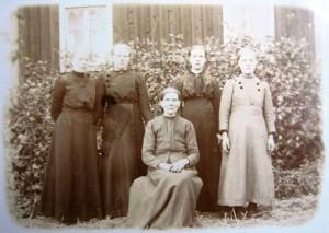 S-VK-0041W - Maria Torppa os Salmela ja tyttäret Mandi, Milja, Siikri ja Tekla