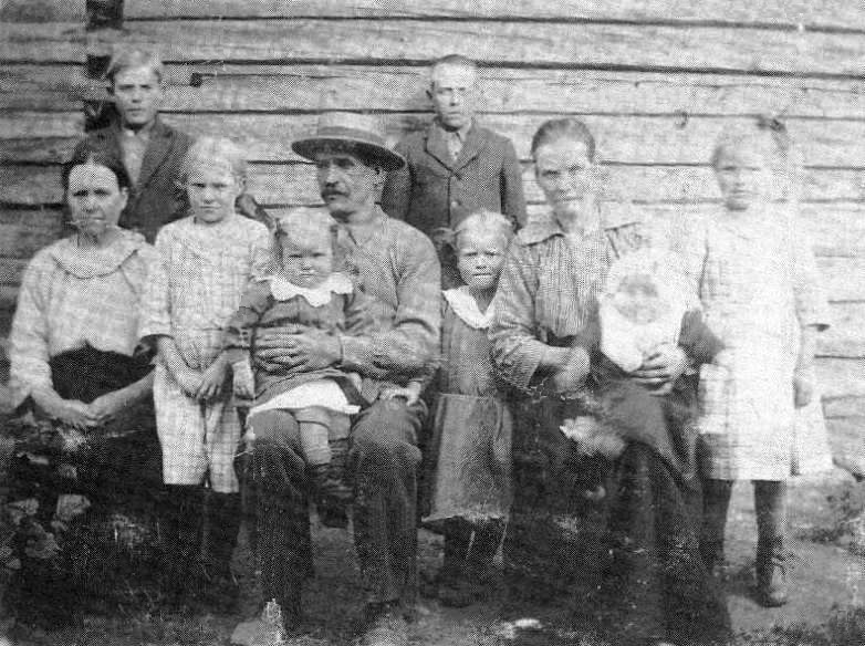 S-VK-0042W - Leanderin Salmelan perhe vuonna 1921