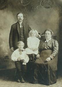 S-VK-0044W - Henry Kalliokoski  ja Kaisa os Salmela lapsineen