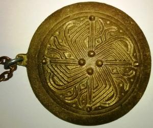 S-VK-0099W - Erkki Salmelan 60-luvulla tekemä amuletti perustuen 1000-luvun solkeen