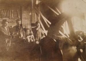 S-VK-0313W Katajan saha ja miehet vetopyörän luona