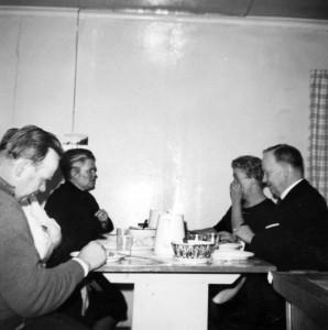 S-VK-1051W - Marttilan ruokapöydässä Alfred, Elina sekä Kerttu Salmela