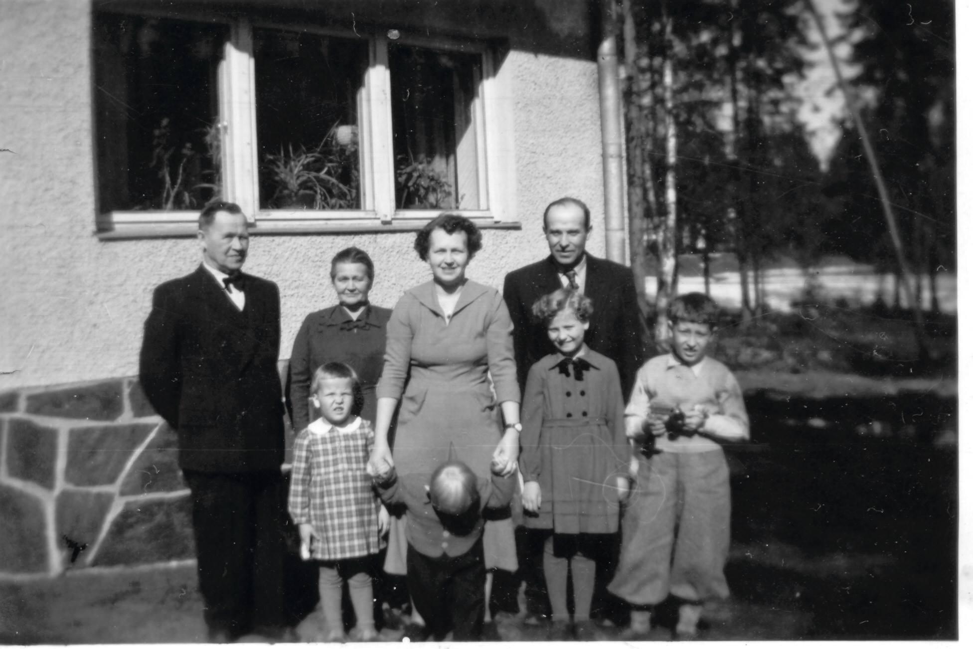 S-VK-1119W - Sulo ja Siiri Salmelan perhe