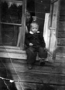 S-VK-1226 - Marttilan ikkunassa Laine ja Paavo Salmela