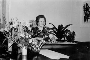 S-VK-1553W - Laimi Toivola os Salmela kanteleensoitossa 50-vuotisjuhlissaan