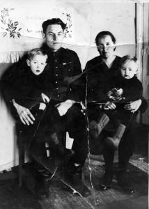 S-VK-4189W Heimo ja Aino Salmela sekä Leo ja Kalevi