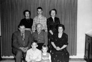 S-VK-4211W - John Salmi ja Hendry Salmela perheineen