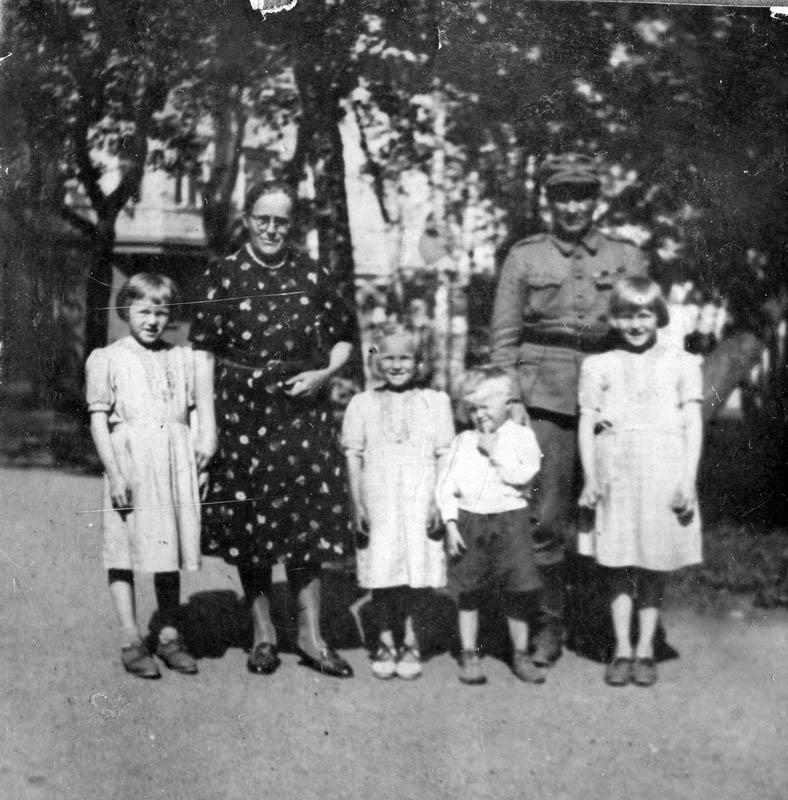 S-VK-4216W Sandfred ja Rauha Salmela perheineen sota-aikana