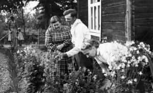 S-VK-4223W Nelma ja Tuomas Suutarin puutarhassa
