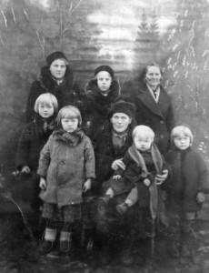 S-VK-4228W Rauha Salmelan perhe ja sukulaisia