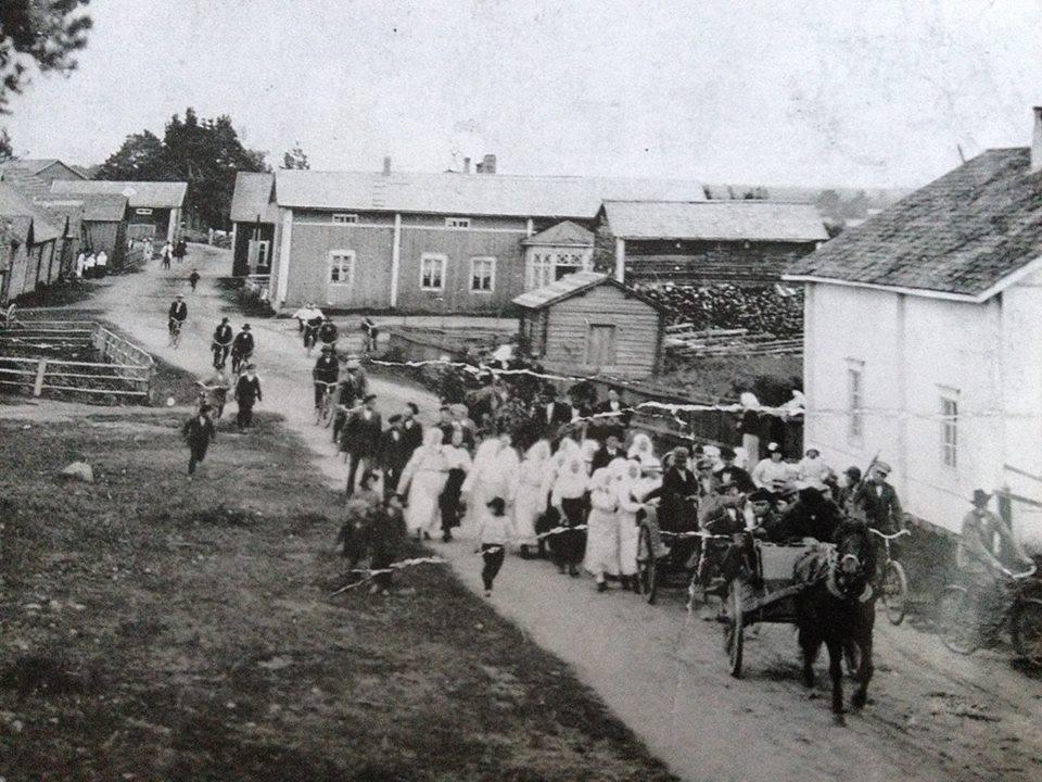 S-VK-4316W - Tauno Salmelan kihlajaiskulkue Niemen kylän raitilla