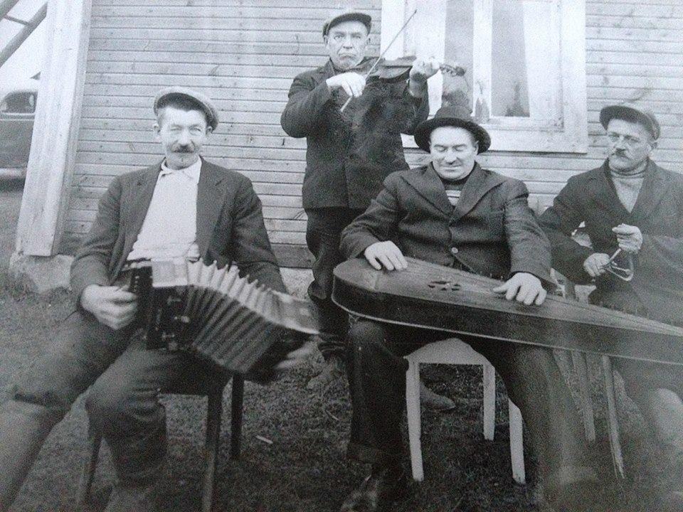 S-VK-4318 - Yrjö Salmela ja halsualaisia soittajia
