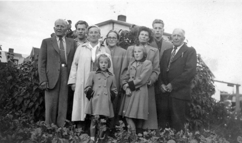 S-VK-4404W Julius Salmelan perhe ja Henry Salmela kotipihassa Kokkolassa