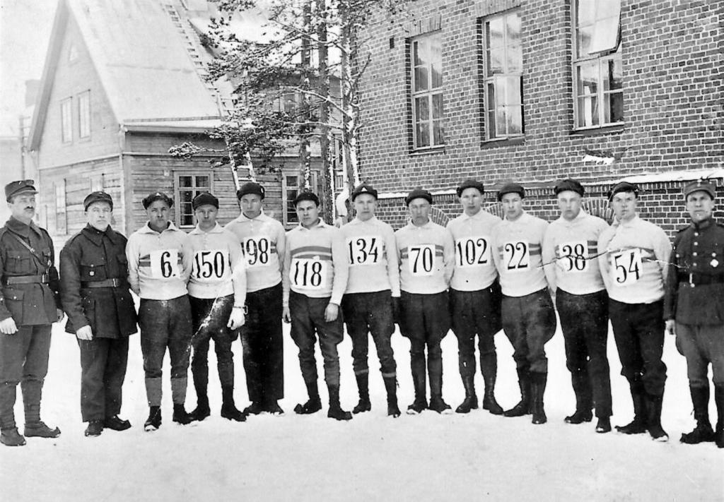 S-VK-4412W Julius Salmela ja hiihtäjiä