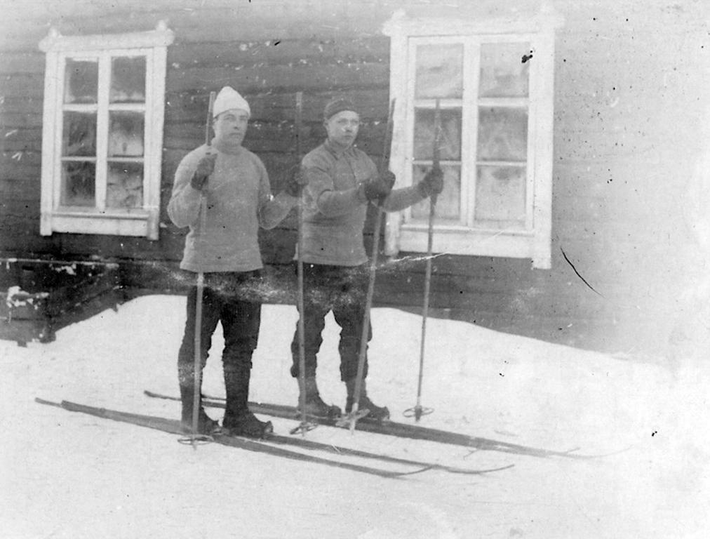 S-VK-4413W Julius Salmela ja ystävä hiihtämässä
