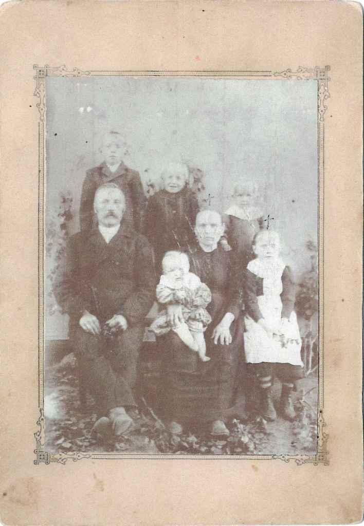 S-VK-4425W - Demetrius Salmelan ja Ida Emilia os Leppävuoren perhe