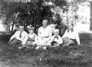 S-VK-4438W - Julius ja Vieno Salmela perheen kanssa ulkona