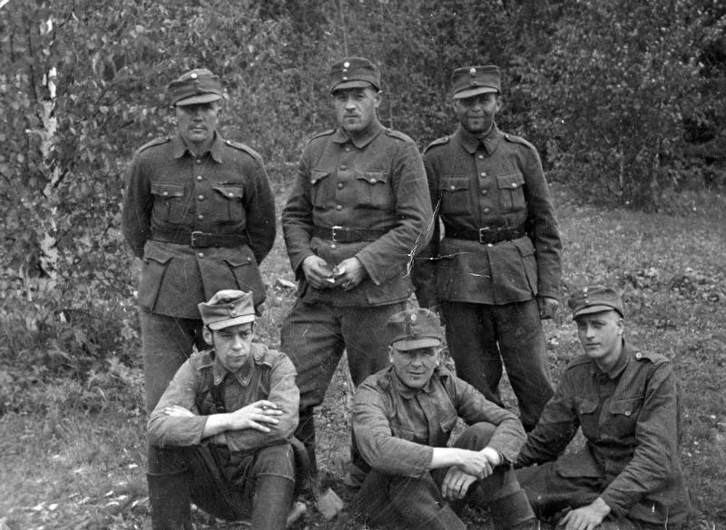 S-VK-S4203W Heimo Salmela ja sotilaita