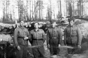 S-VK-S4226W - Paavo Salmela, Väinö Mikkola ja sotilaita