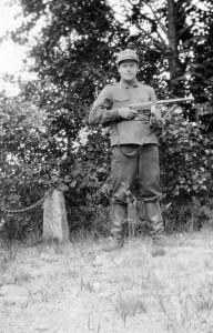 S-VK-S4229W - Martti Salmela konepistooli mies