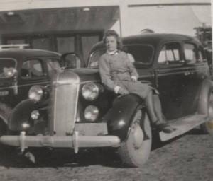 S-VK-S4233W - Aino Kujala myöhemmin Salmela ja auto Kannaksella 1942