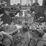 Miehiä töissä Kokkolan lentokonemoottorikorjaamolla. Lähde: SA-kuva