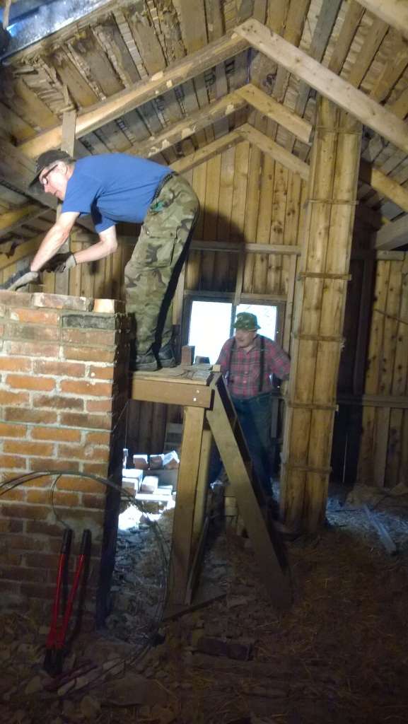 WP_20140819_001 Eero ja Paavo muuraavat navetan savupiippua