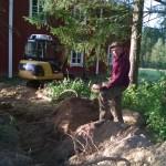 Juha Salmela kaivoi kaapelit maahan