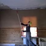 WP_20150408_005 Kati maalaa keittiön kattoja