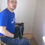 Vesijohdot vedettiin pöntölle, lavuaarille sekä seinän läpi keittiön kraanaa varten