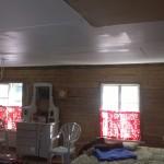 Tuvan katossa olevat muutamat puuttuvat kattolevyt laitettiin paikalleen. Kovaa puuhaa askarrella uusia levyjä vanhoihin reikiin, kun vanhan talon kattokin elää omaa elämäänsä