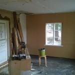 Kammarin seinät tulevat kokonaan puukuitulevystä. Kuten vanhatkin seinät olivat