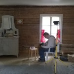 Paavo-tuhari puhdetöissä akkuporakonetta korjaamassa