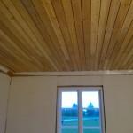 Valmista kattoa. Taisto on aikanaan huoneen rakentanut ja laittanut nurkkiin vinot tukilaudat. Tätä ei lähdetty purkamaan, vaan tehdään niiden päälle uudet siistimmän vinot kattolista.