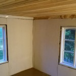 Valmista kattoa. Ikkunat kaipaavat vielä listat ja karmeihinkin pitää askarrella korokepalat, sillä ne ovat hirsiseiniä kapeammat.