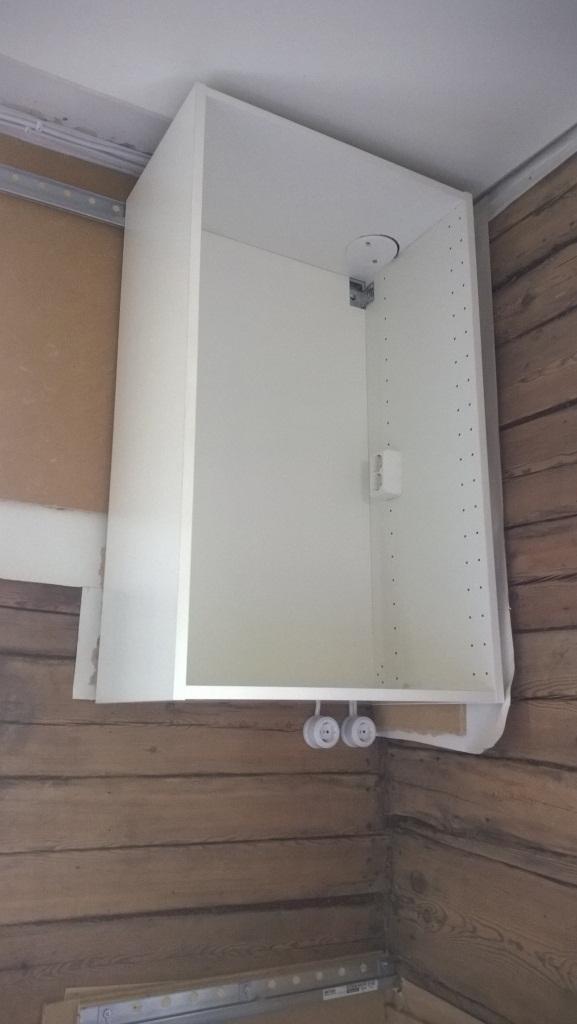 Ulkoseinän nurkassa sähköt tulevat katonrajasta alas. Kaapin ylänurkassa on rasia myös ulkovalolle. Joenpuolen seinällä on molemmissa nurkissa lyhdyt.