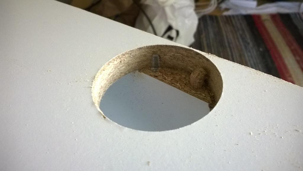 Vesijohdon läpivientiä tehtäessä kävi pieni arviointi virhe. Mutta ei ole nykyajan ruuvit samaa rautaa kuin ennen. Reikä terä leikkasi ilman mitään ongelmaa ruuvin halki. Se sekin huomattiin vasta kun reikä oli tehty.