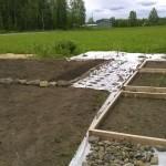 Muutama istutuslaatikko ja mansikkarivi on löytänyt paikkansa kasvimaalta. Kivet rajaavat sipulipenkkejä (ja ensi kesän perunapenkkejä).