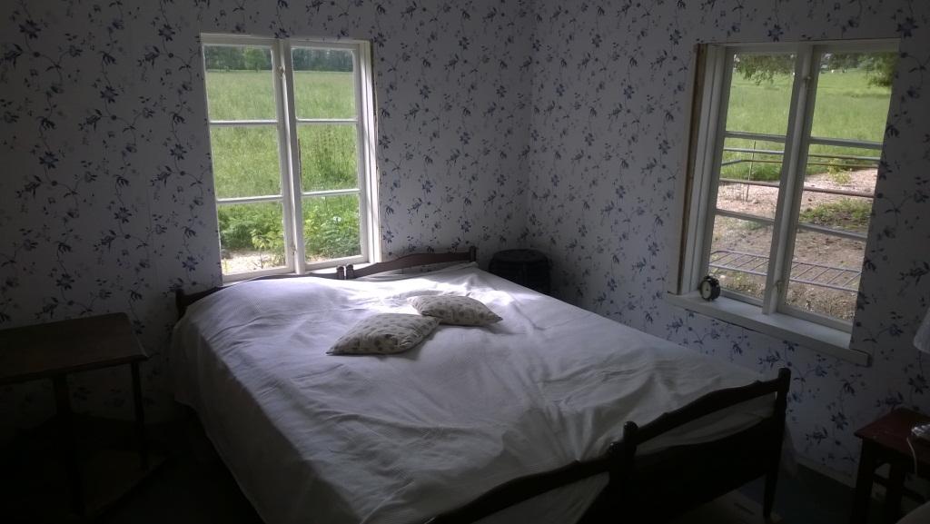 Leenankammari on saanut sängyn ja enää ei tarvitse elää remontin keskellä. Lattia on vahattu tumman harmaaksi
