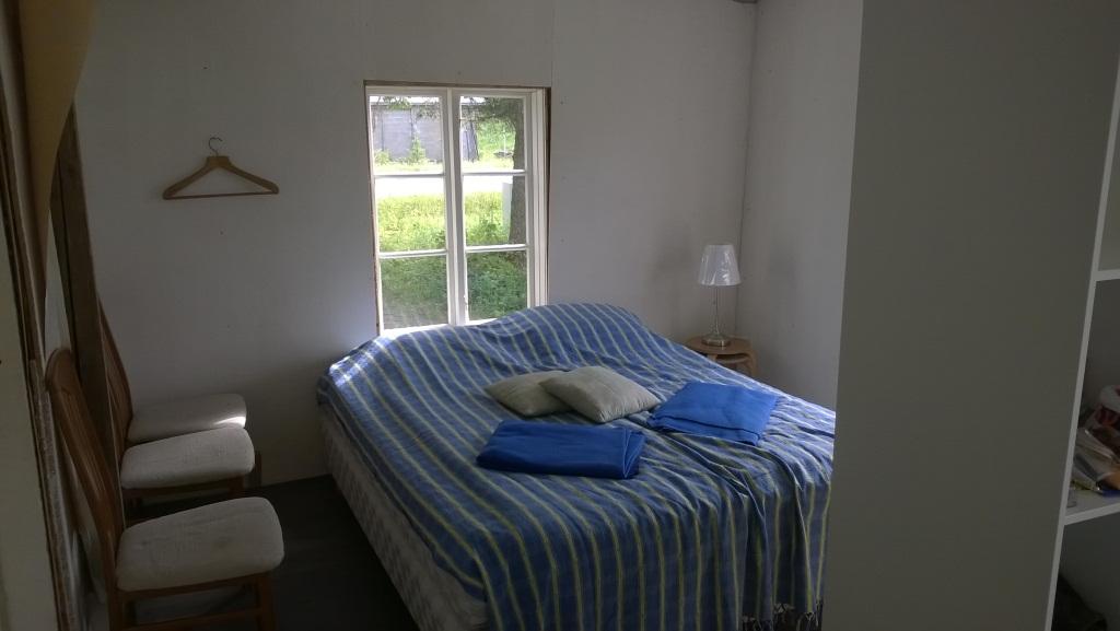 Martinkammariin on jo saatu tuotua sänky. Väliseinä ei ole vielä valmis, joten kuva on Leenan kammarista otettu. Ikkunalistat ja keltaisen sävyinen tapetti vielä puuttuvat.